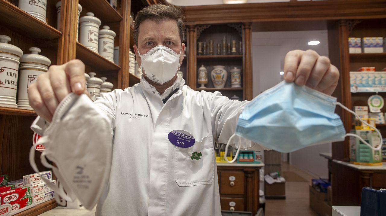 Un Porsche queda destrozado tras embestir a tres jabalíes.Antonio Busto, farmacéutico en Noia, muestra una mascarilla quirúrgica y otra FFP2