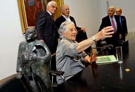 Antía Cal recibiu onte, moi emocionada, o premio na casa museo Otero Pedrayo.