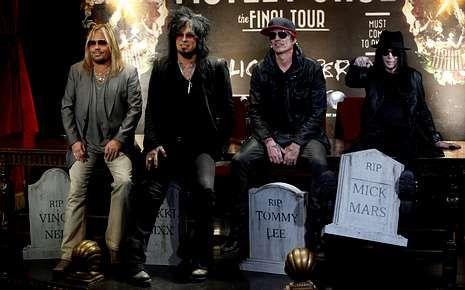 El grupo anunció su adiós con «lápidas» de los músicos.