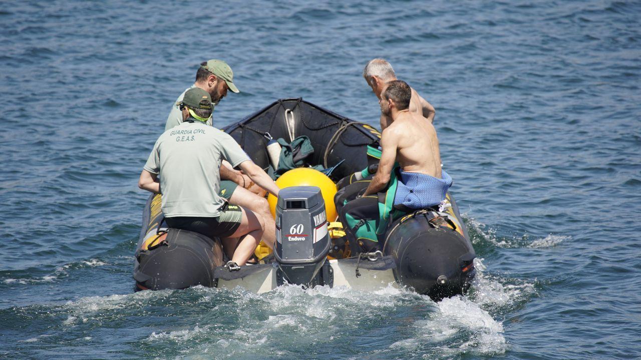 A las 12.30 se unieron al dispositivo un grupo de buzos de los Geas, que examinaron el área comprendida entre Caveiro y punta Arnela