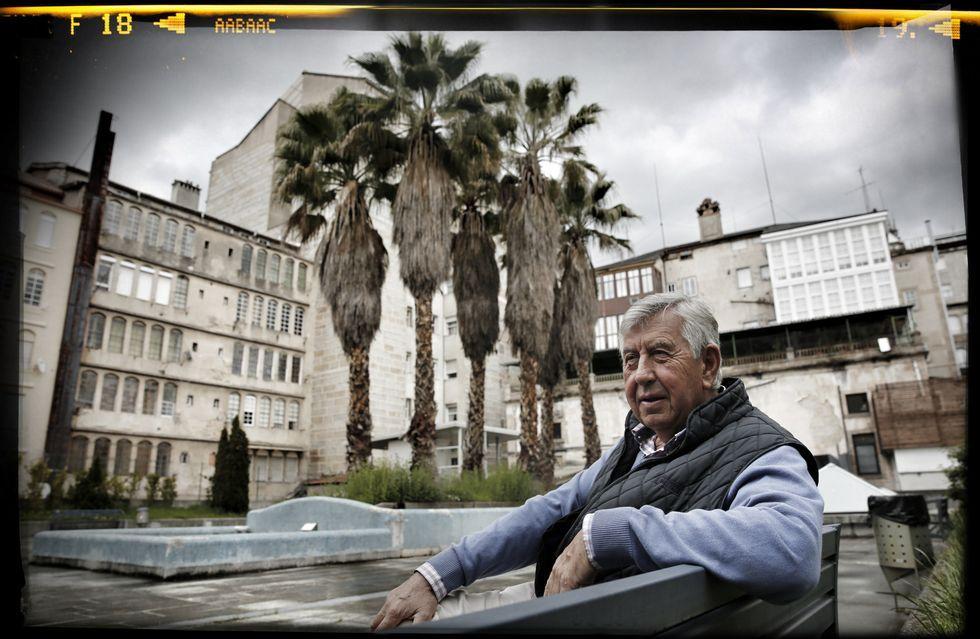 González Gurriarán posa en la plaza interior que se ve desde su casa en la calle Concordia de la capital ourensana.