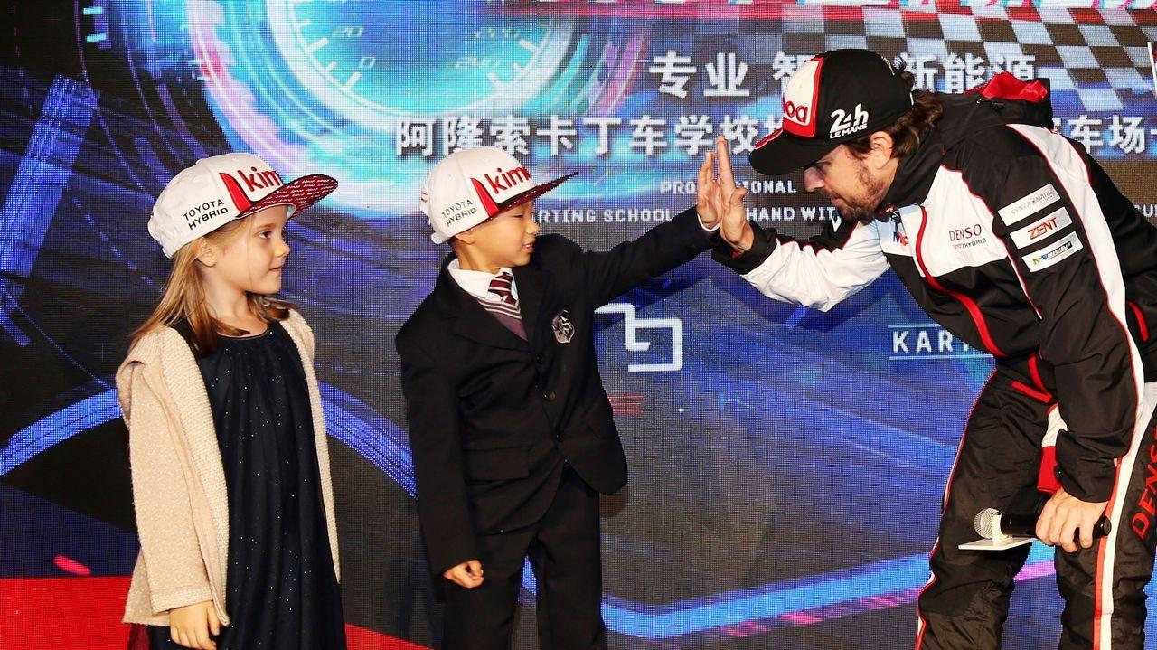 El español Fernando Alonso, doble campeón del mundo de Fórmula Uno y líder del Mundial de Resistencia con el equipo Toyota Gazoo Racing, tras la primera sesión de entrenamientos libres en el circuito de Shanghái