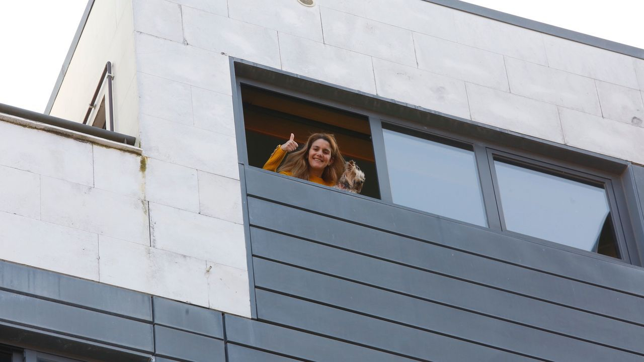 Coronavirus. Celebrando un cumpleaños desde los balcones en la calle Arzobispo Malvar