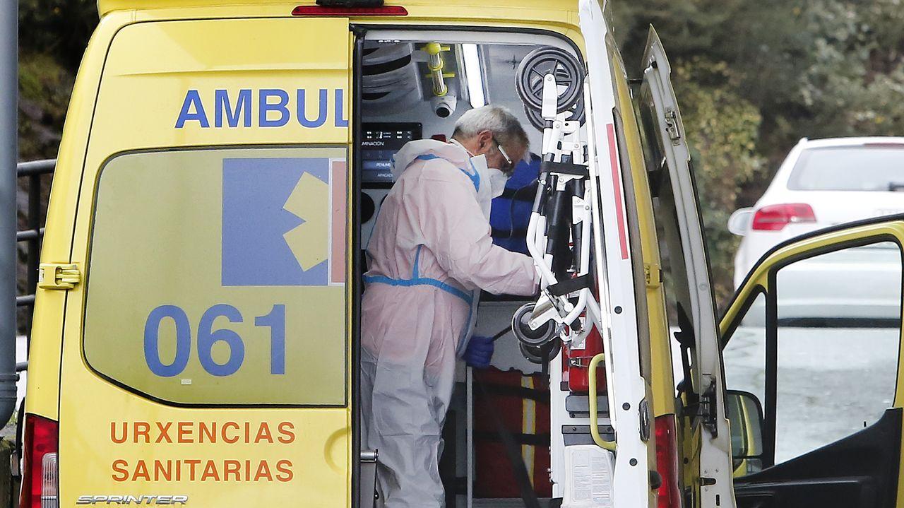 Un técnico en emergencias sanitarias (TES), en el hospital Montecelo, en Pontevedra