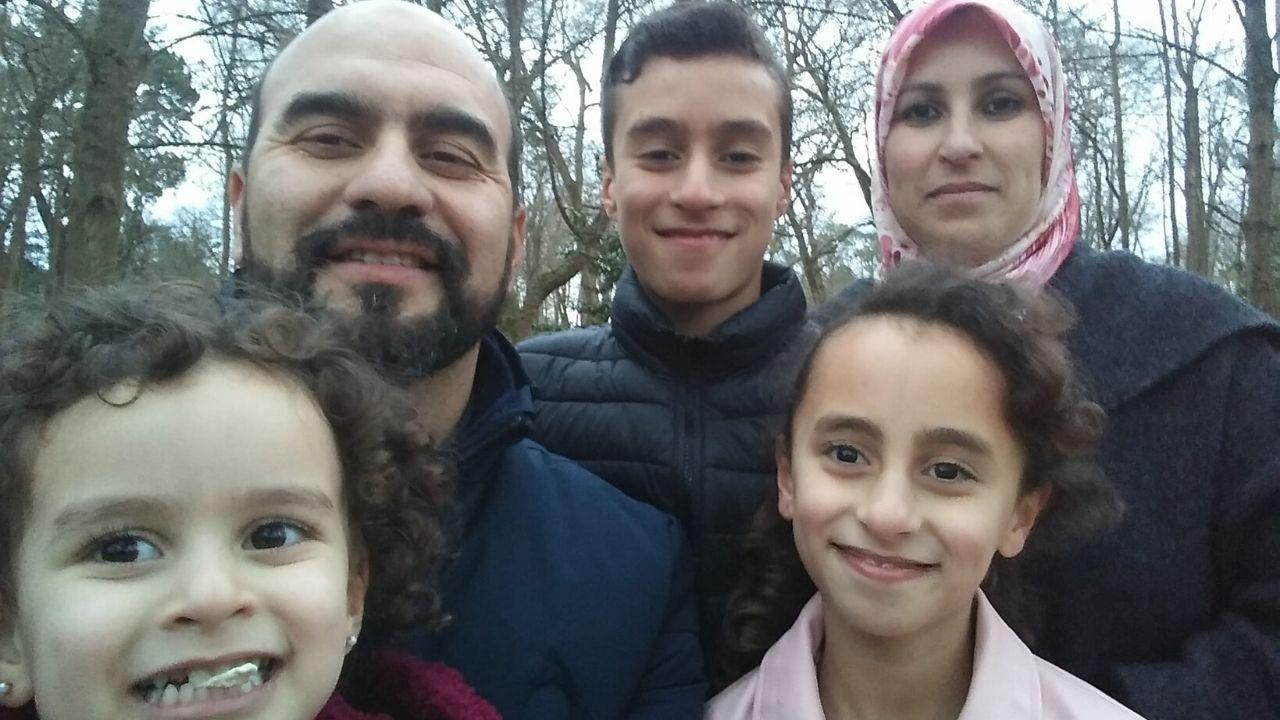 obanza.Mohcine Hadi al Atik, su hijo Achraf, su esposa Latifa, su hija mayor Amal y la pequeña Malak en el bosque de La Cebera, en Lugones.