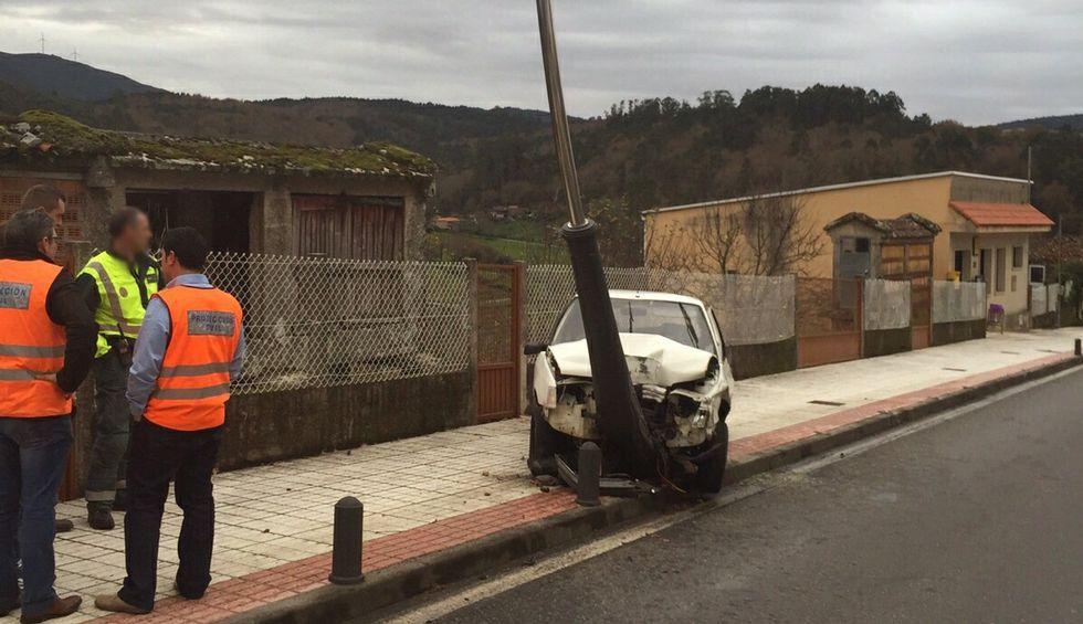 Un conductor se subió con el coche a la acera y acabó colisionando con un farola en Cerdedo
