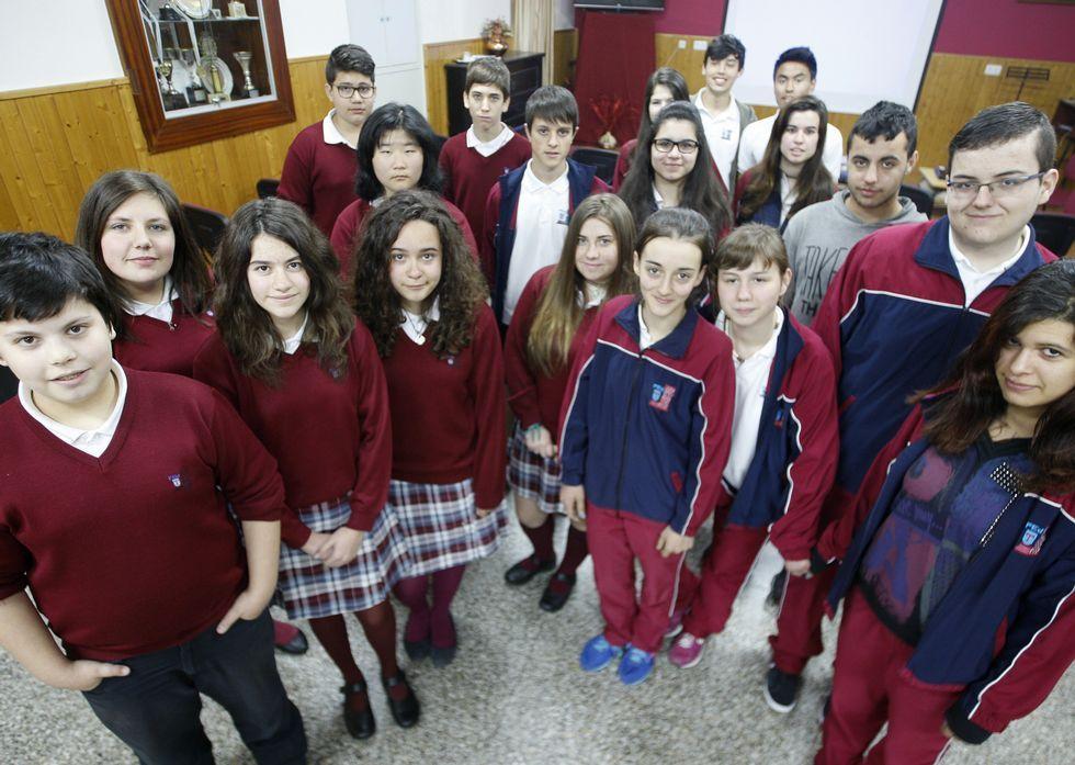 Todos os estudantes do colexio Torre de Lemos que participaron na elaboración da enquisa de intención de voto nestas eleccións municipais, reunidos onte no salón de actos do centro.