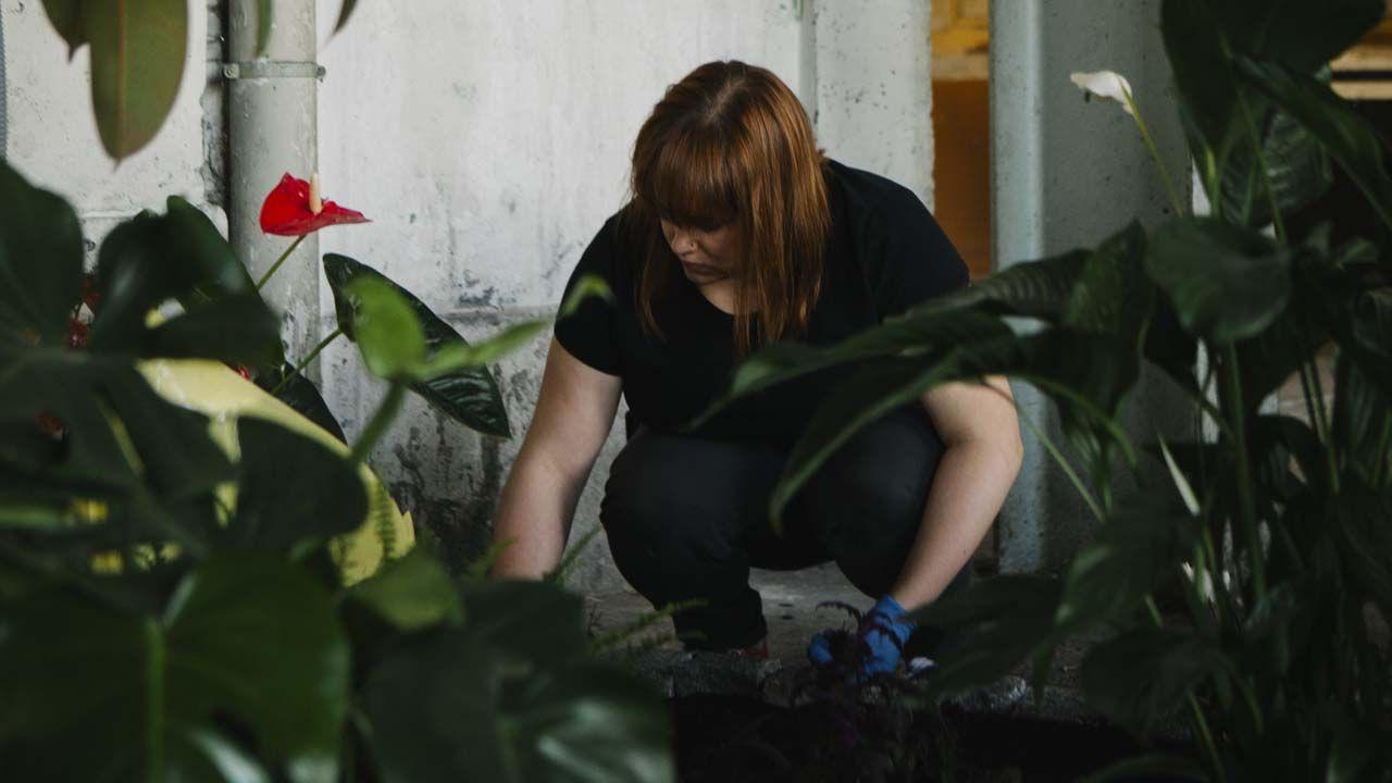 María Castellanos monta el Jardón Sensional en el almacén de la fábrica de armas de La Vega