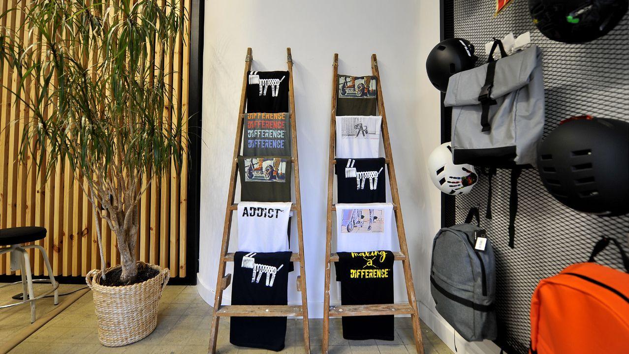 También tienen una colección de camisetas y sudaderas con diseños propios