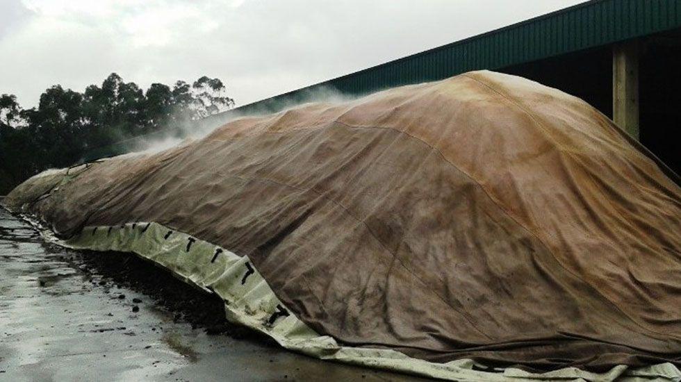 Compostaje de una pila de lodos bajo membrana con ventilación forzada