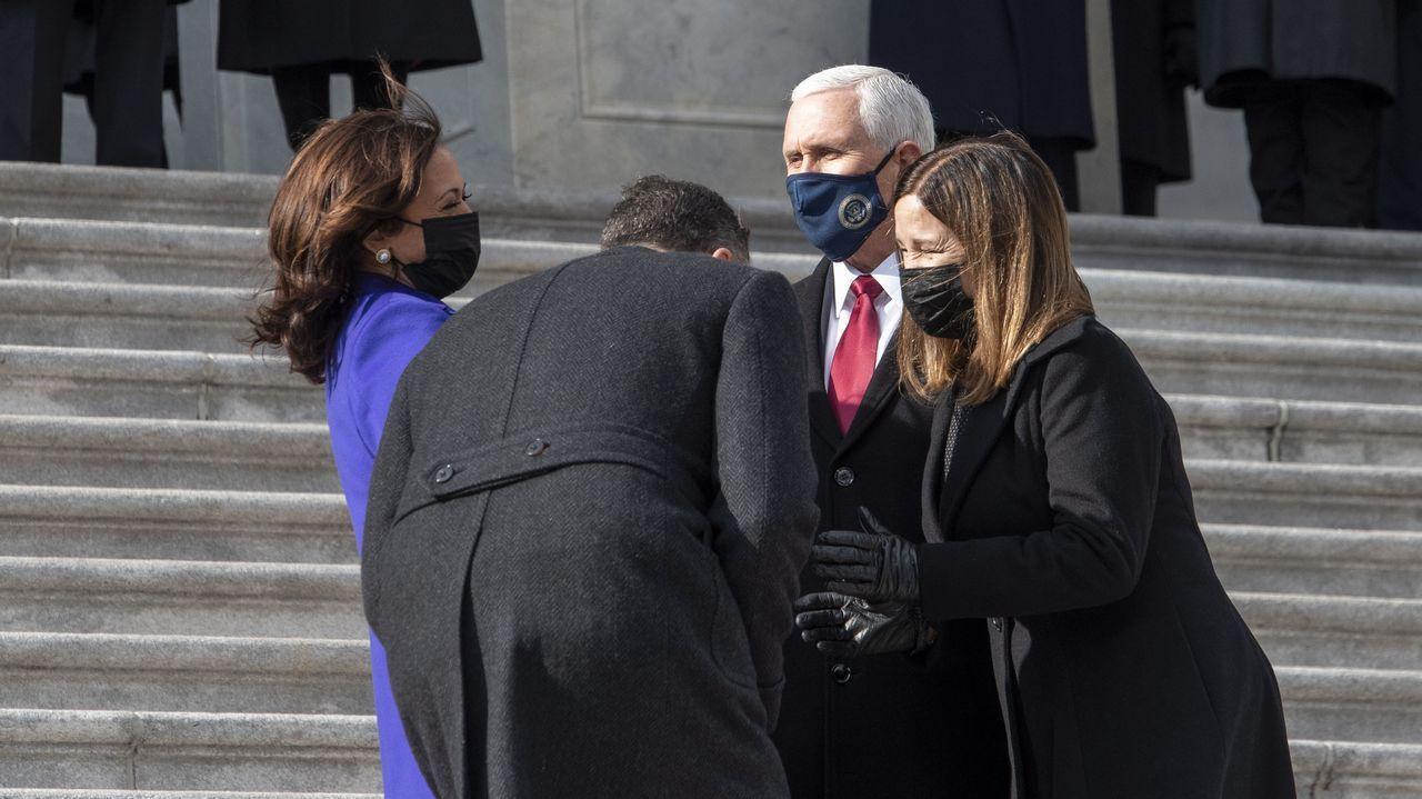 Pence y su  mujer charlan con Kamala Harris y su marido, tras el acto de investidura del miércoles