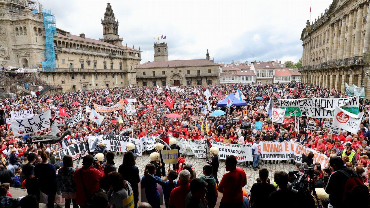 Una riada humana protesta en Santiago contra la mina de Touro.Los propietarios de las viviendas están satisfechos con la sentencia, pero quieren saber cuándo cobrarán
