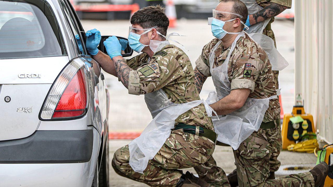 Unos soldados realizan las pruebas de COVID-19 a empleados sanitarios en Plymouth