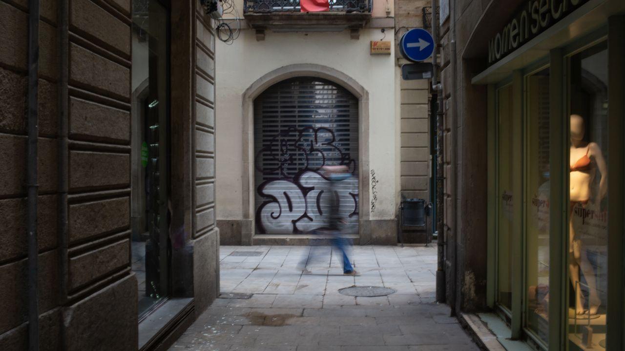 La vida continúa en la calle Barcelona.El sintecho muerto apareció en la calle Sardenya de Barcelona