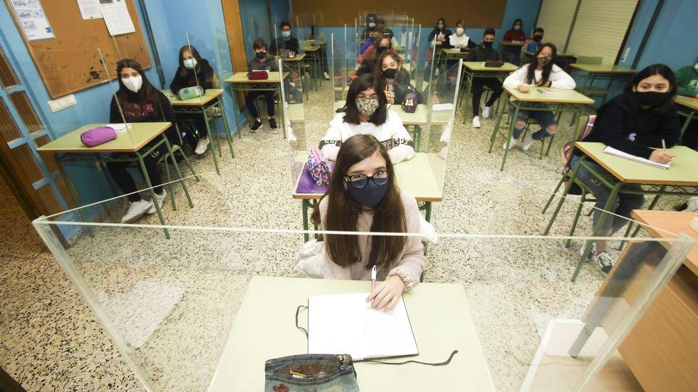 En muchas aulas se han colocado mamparas como complemento a las mascarillas para evitar el contagio de los alumnos