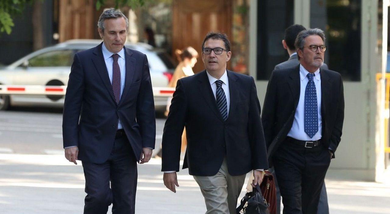 El historiador Josep Lluís Alay, primero por la izquierda
