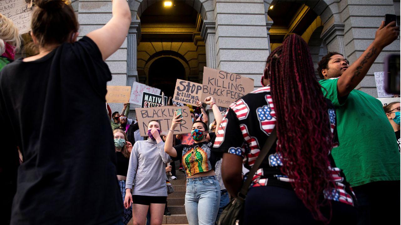 Manifestación en Denver en protesta por la muerte del joven afroamericano