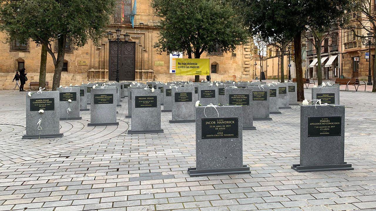 Cementerio efímero instalado en la plaza de Porlier en Oviedo con lápidas que recogen los nombres de las mujeres y niños que han sido víctimas de la violencia de género en España en 2019