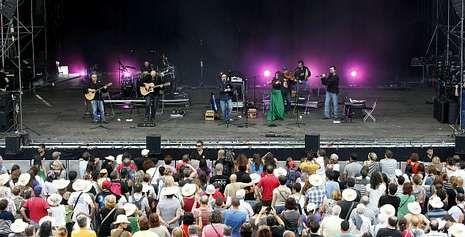 El grupo Luar na Lubre actuó el sábado en la primera jornada del Festival de la Luz, que fue un éxito de público.
