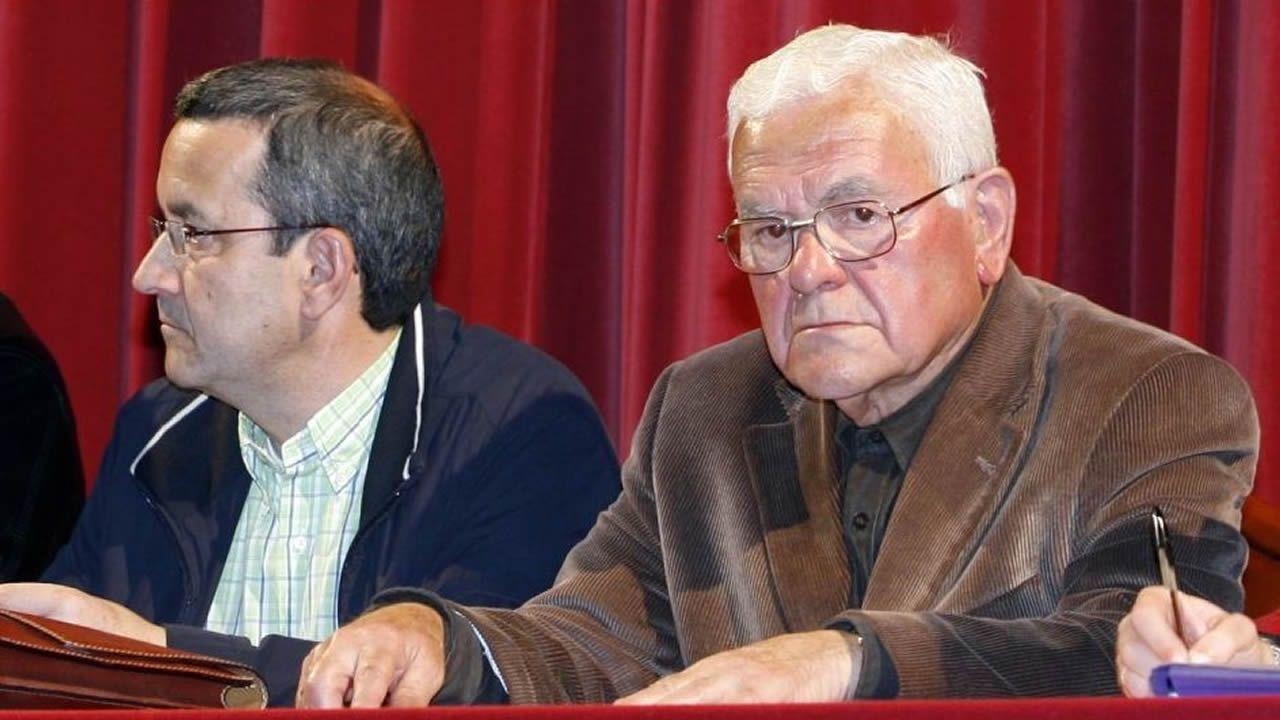 A la derecha, Francisco Dopico, en una imagen del 2009, durante una asamblea de Promavi, y a su izquierda, Manuel Galdo, actual presidente de la asociación
