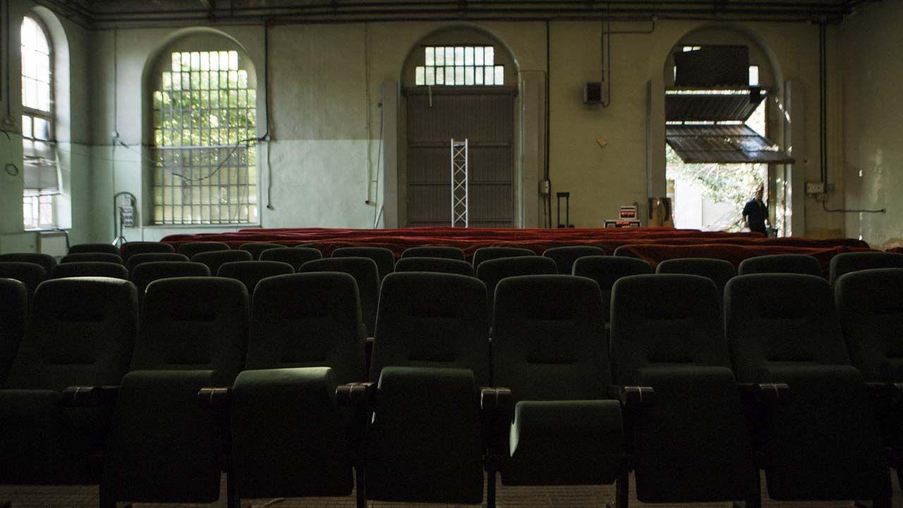 Montaje del cine, en el almacén de la fábrica de armas de La Vega