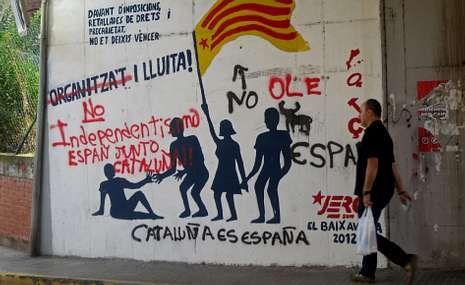 Galicia se llena de actos de concienciación en el día mundial de la diabetes.Un vecino de san Vicenç del Horts pasea frente a un mural independentista repintado con mensajes unionistas.