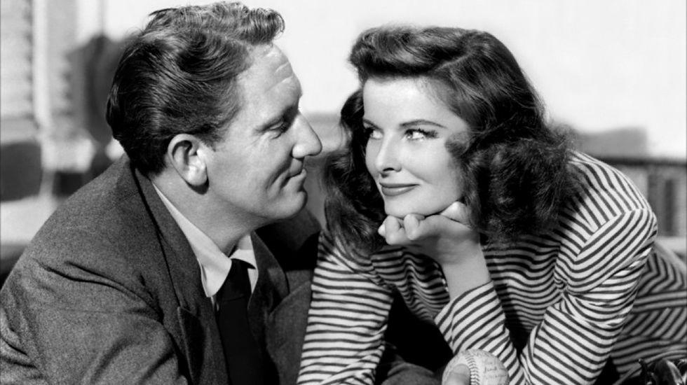 Katherine Hepburn y Spencer Tracy se conocieron en el film «La mujer del año» (1942). Su amor parecía imposible y ella aceptó ser su amante, aun sabiendo que nunca se divorciaría, hasta la muerte de Spencer en 1967.