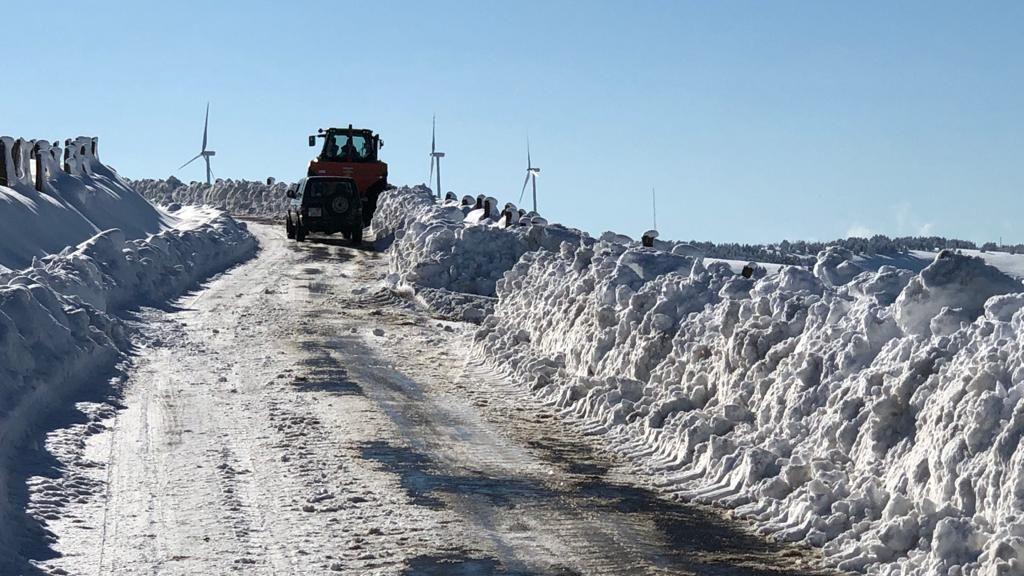 La nieve acumulada a los lados de una carretera de Tineo