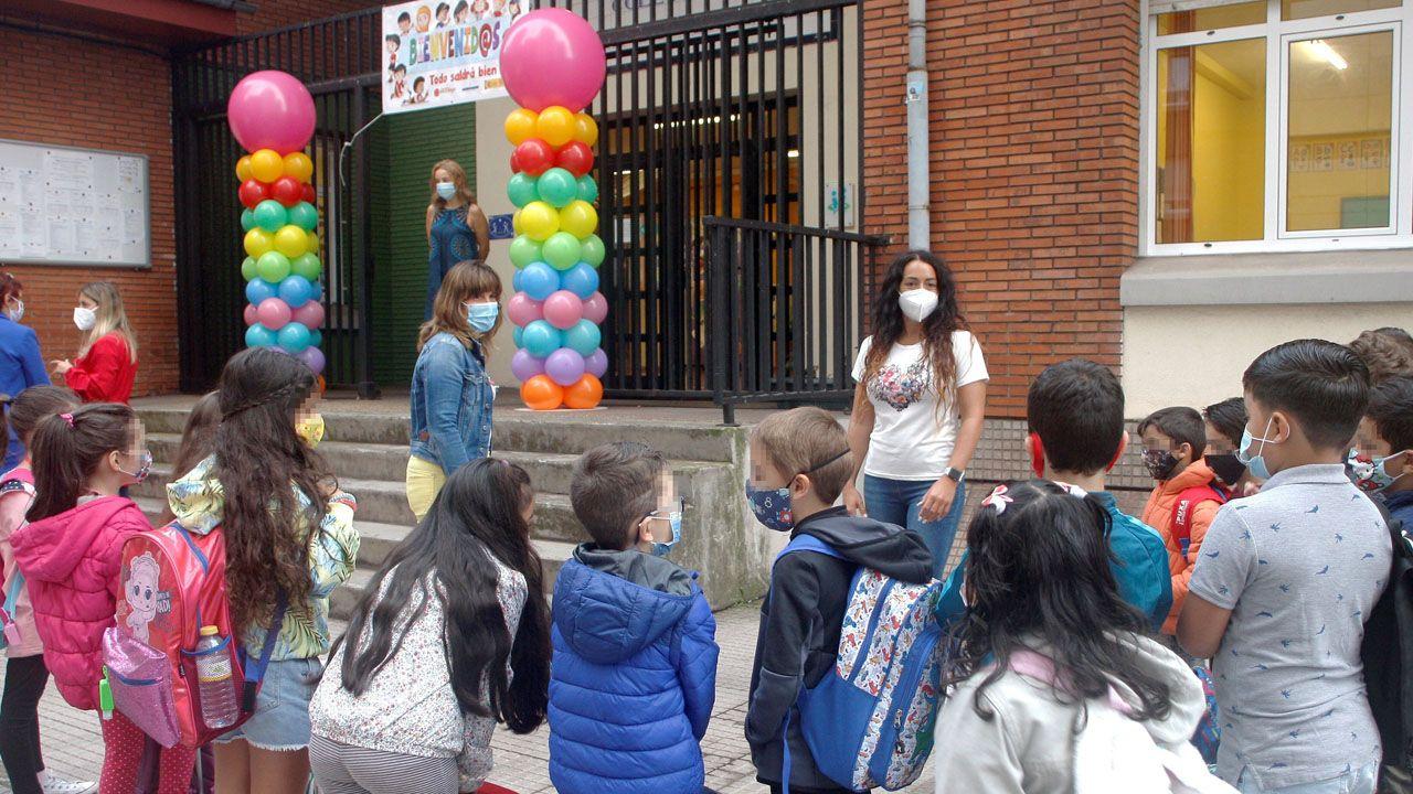 Profesores del colegio Miguel de Cervantes en Gijón reciben a los primeros alumnos que llegan en el primer día del curso escolar
