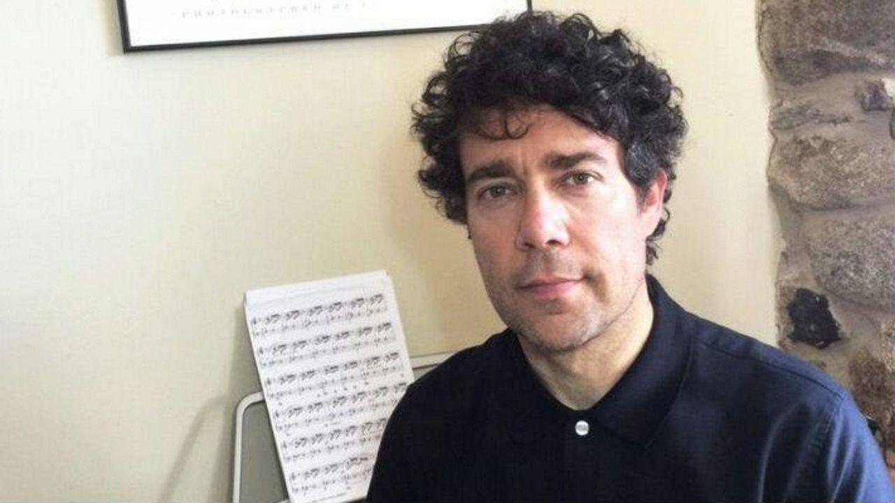 Los primeros que tienen que dar ejemplo.Xosé Miguélez junto a su piano desde su casa, en Nigrán