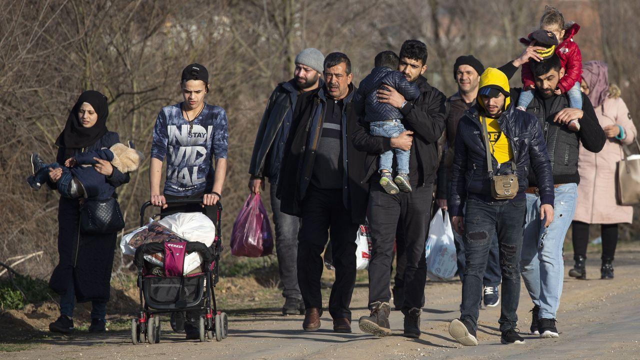 Un grupo de migrantes de camino a la ciudad turca fronteriza Edirne
