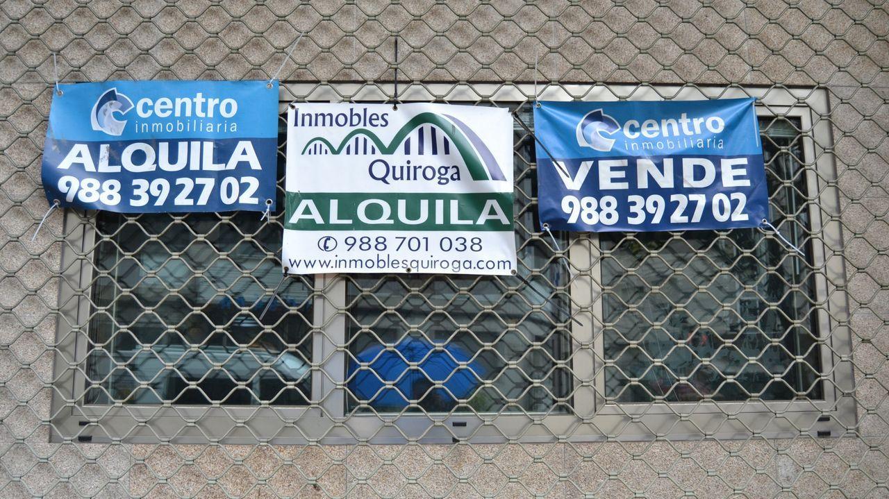 Carteles de inmobiliarias en la capital ourensana