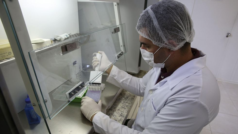 Un militar cubano fumiga el interior de una vivienda de la capital en la que se registró un caso de zika