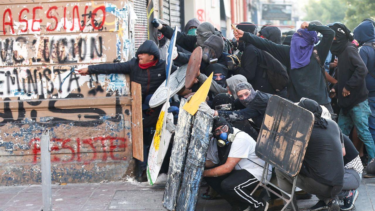 Manifestantes se parapetan durante una manifestación contra el Gobierno chileno en Valparaíso
