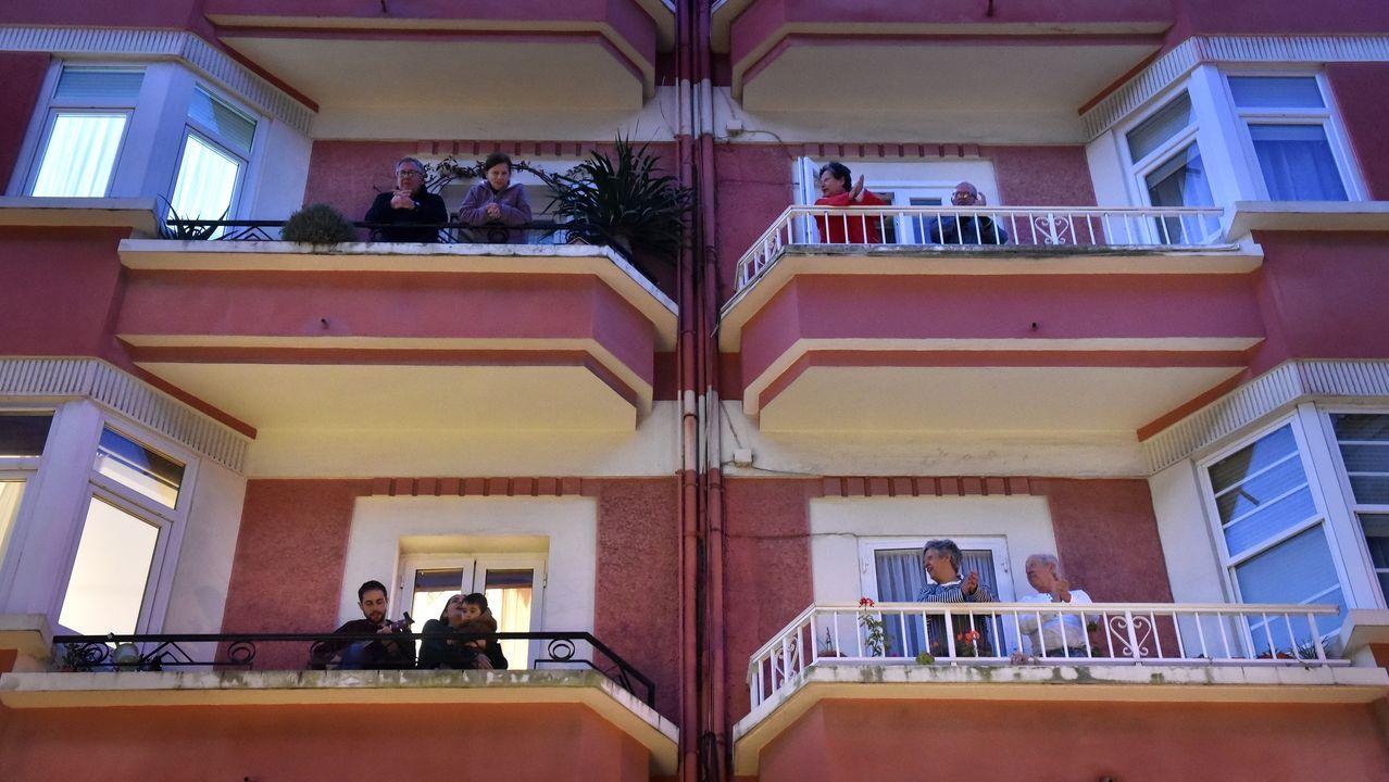 Numerosos coruñeses salen estos días a las ventanas para aplaudir, en solidaridad con el personal sanitario.