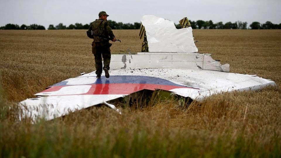 Un prorruso vigila los restos del vuelo MH17 que se estrelló en el este de Ucrania