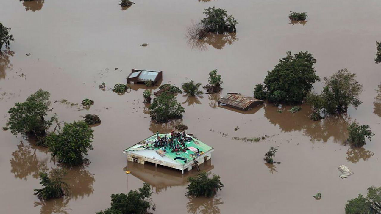 Estos son los altos cargos gallegos que han declarado su patrimonio.Vista aérea de una de las zonas afectadas por las inundaciones, donde un grupo de personas permanecen sobre un tejado