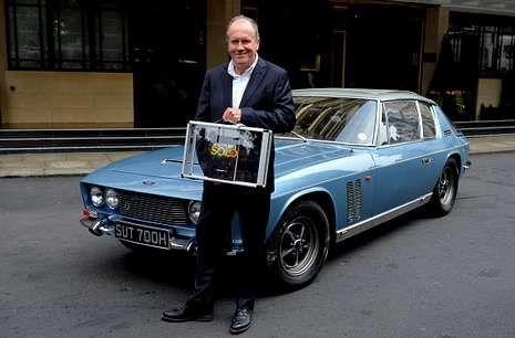 Boyd, sosteniendo, el pasado día 25 en Londres, un maletín con su nueva novela, «Solo».