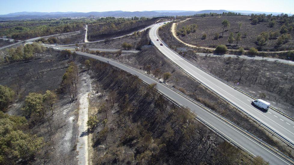 Vista aérea de una zona de carreteras entre A Vide y Moreda quemada por el gran incendio del 5 de septiembre