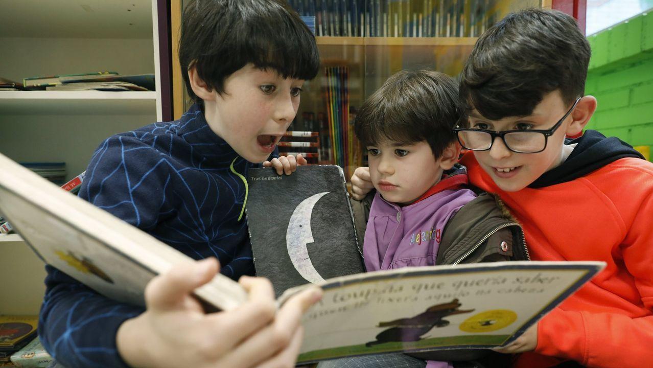En el colegio de Cambeo (la imagen se tomó antes del confinamiento) los más mayores fomentan la lectura entre los más pequeños