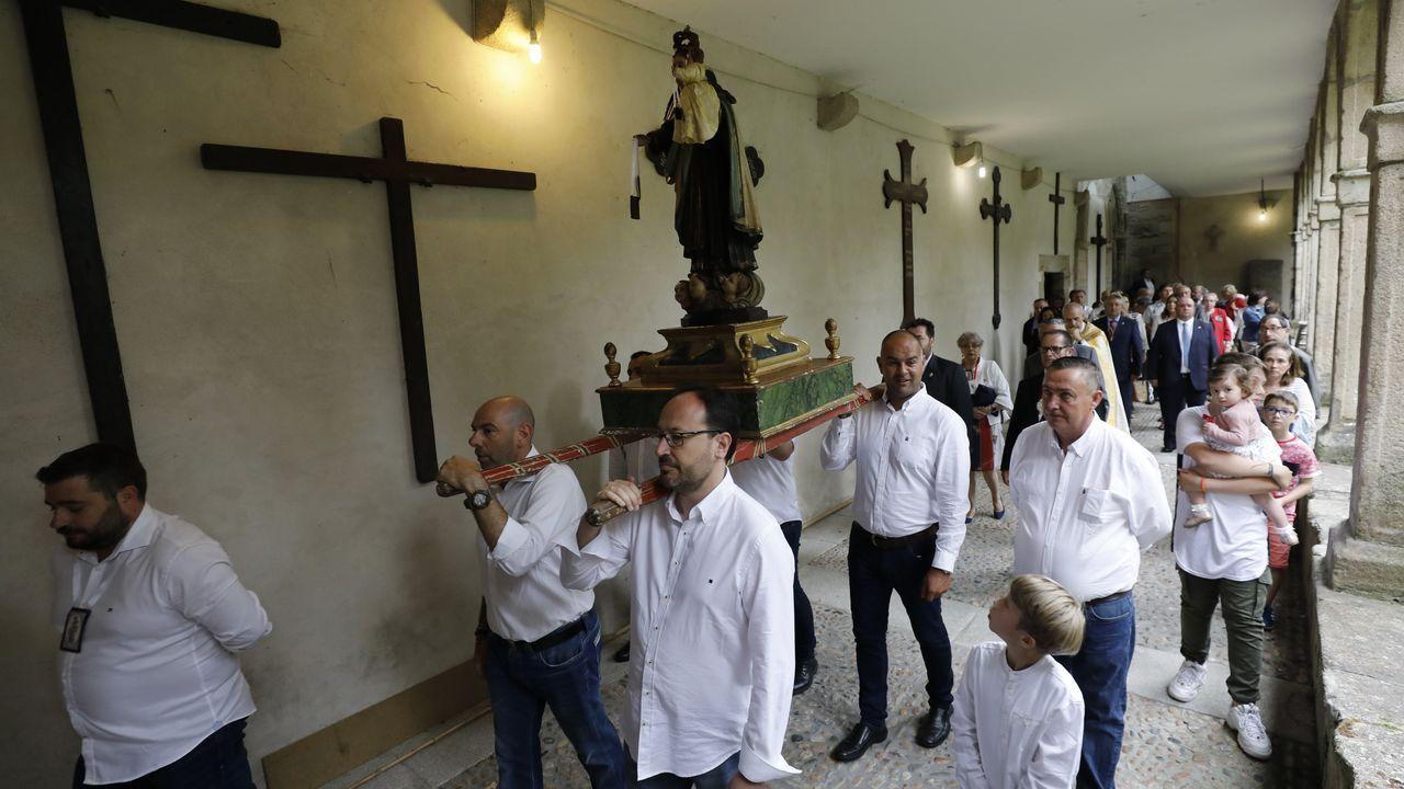 La Virgen del Carmen de A Pescadería procesionó a cubierto por la lluvia