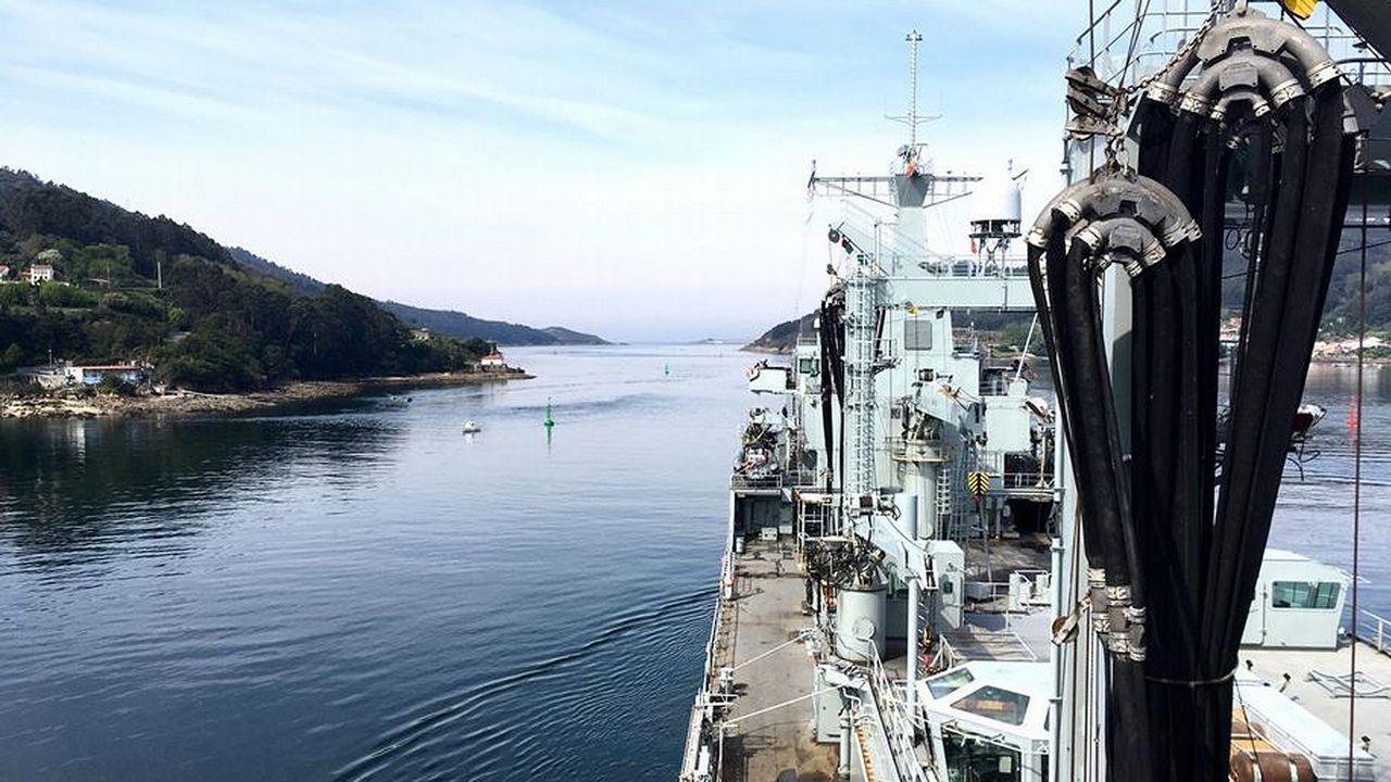 La sutura que mantiene de nuevo a flote la fragata noruega Helge Ingstad.El buque logístico A-15, durante la maniobra de salida de su base, en Ferrol, el pasado lunes