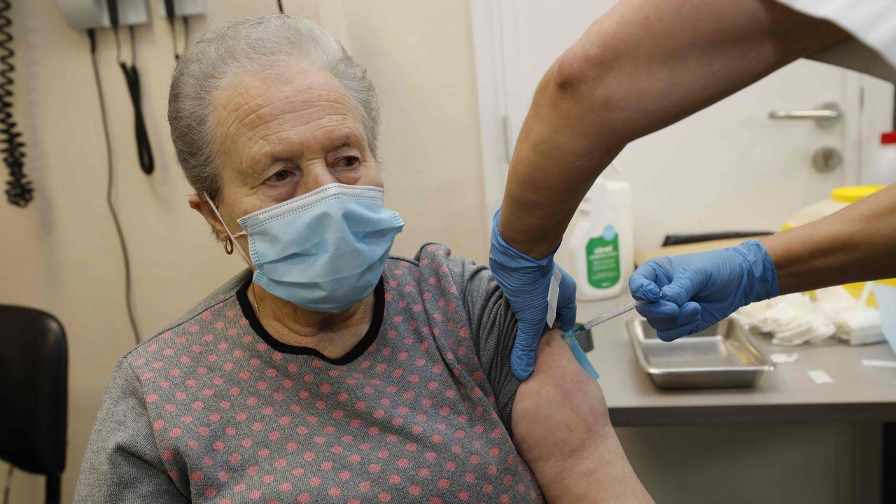 Fernando Simón, durante la rueda de prensa de este lunes.Vacunación de mayores de 80 años en el centro de salud de Viveiro