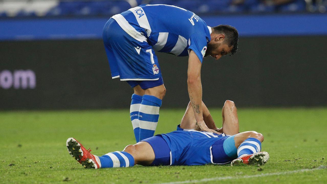 Lampropulos pugna con un rival en el partido contra el Elche