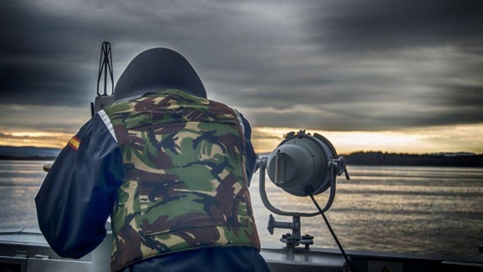 Un miembro de la dotación de la F-103 en plena patrulla en el Mediterráneo