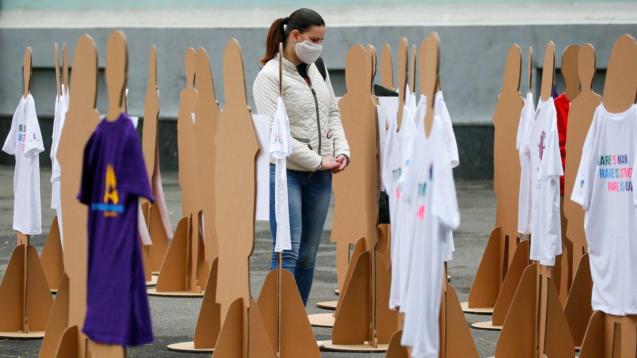 En Ucrania, una mujer se manifiesta rodeada de maniquíes para pedir ayudas para combatir las enfermedades raras