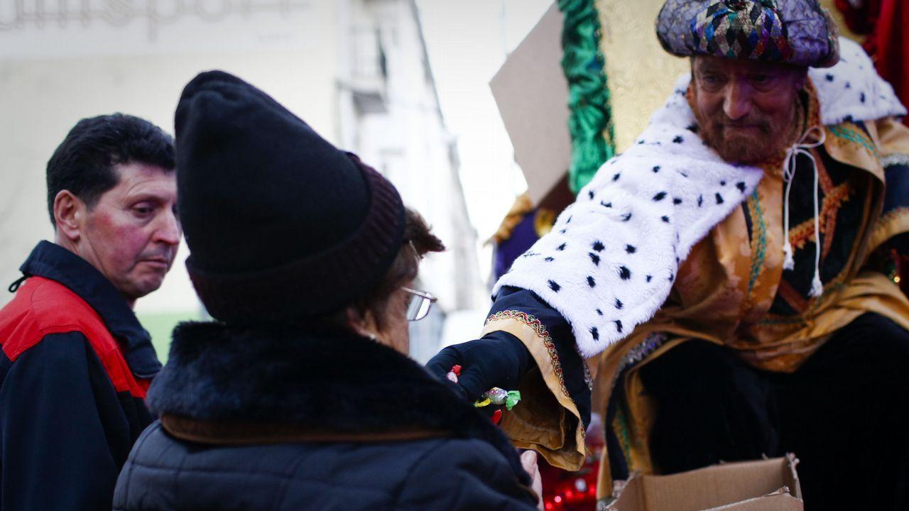 Magia a raudales en las calles de Ourense.Varios manifestantes, entre ellos dos jóvenes envueltas en una bandera LGTBIQ, en el Campo Valdés