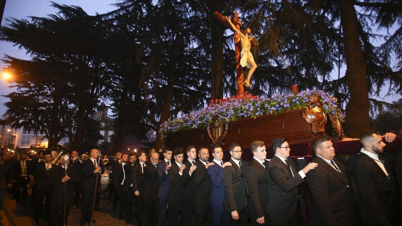 ¡Mira aquí las fotografías de las procesiones de la virgen de los Dolores!.Semana Santa de Viveiro