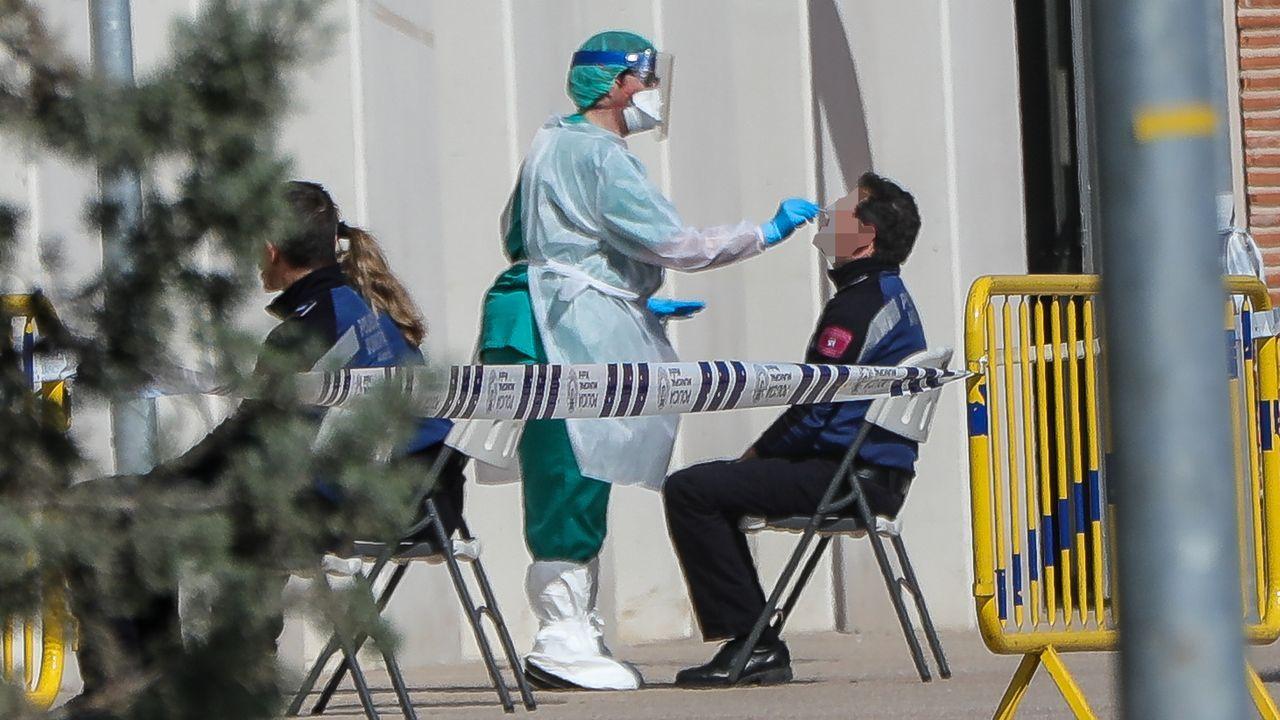 Una sanitaria le realiza a un policía municipal uno de los test rápidos de coronavirus que ha adquirido el Ayuntamiento de Madrid