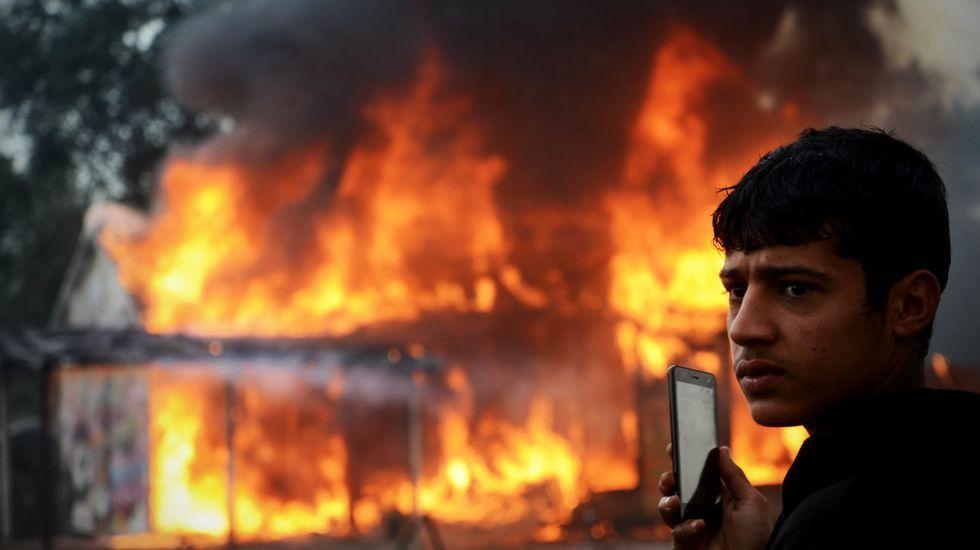 La jungla de Calais, en llamas.Fillon (izda) ganó a Juppe (dcha), según las encuestas